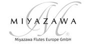 """Logo """"Miyazawa Flutes Europe"""" in Graustufen"""